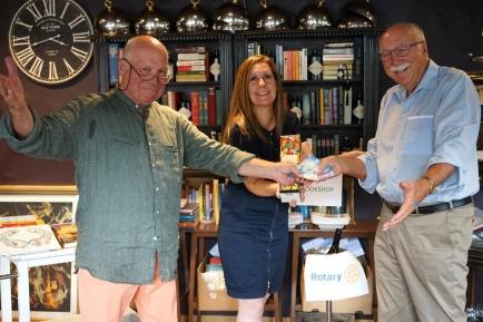 Die Übergabe: Rolf Maibach (rechts) erhält von Präsidentin Marion Minarik und Rotarier Jo Müller die gesammelten 5000 Franken.