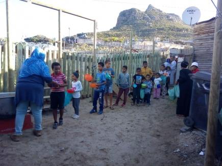 Der RC Hout Bay verteilt Nahrungsmittel in zwei südafrikanischen Townships.