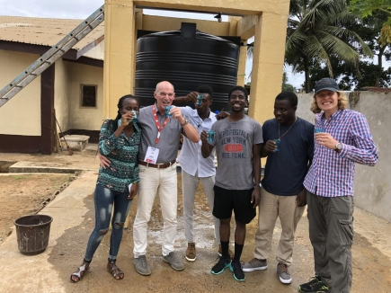 28. Mai 2019: Zum ersten Mal bakterienfreies Trinkwasser aus der neuen Anlage trinken – was für ein Moment!