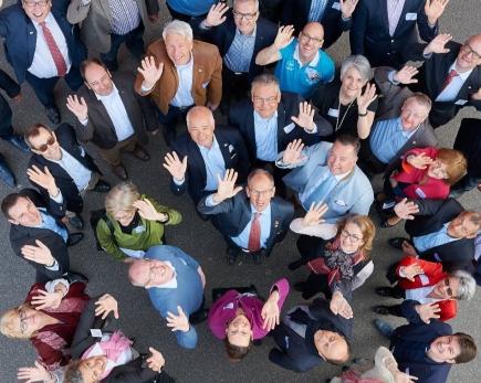 PDG Heinz Eberhard umgeben von Mitgliedern (Aufnahme vor Coronazeiten)
